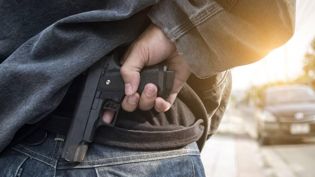 Mann belästigt 15-Jährige und droht dem Vater mit Waffe