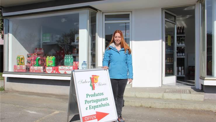 Alles ist bereit: Geschäftsleiterin Filipa Oliveira steht vor ihrem neuen Laden an der Baslerstrasse in Umiken. Die Schaufenster-Beschriftung fehlt noch. cm