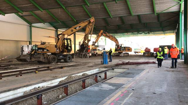 Umbauarbeiten im SBB-Werk Olten für einen schnellen Boxenstopp: In Zukunft soll hier auf den neuen 150 Meter langen Revisionsgleisen an ganzen Zügen statt nur an Einzelwagen gearbeitet werden.
