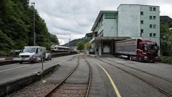 Statt der vorgesehenen Autobrücke über die Gleise sollen die bestehenden Barrieren-Übergänge bleiben: für Laufentaler Autofahrer eine Geduldsprobe.