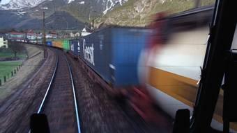 Im alpenquerenden Güterverkehr hat die Bahn im ersten Halbjahr 2017 erstmals seit 2013 Marktanteile an die Strasse verloren. (Symbolbild)