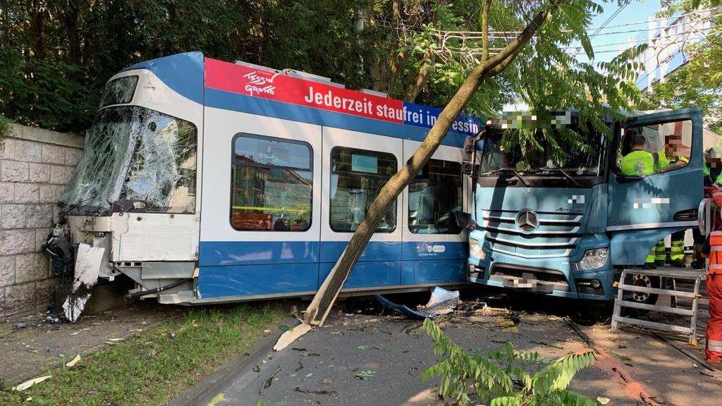 Zürich: Tram kracht in Lastwagen
