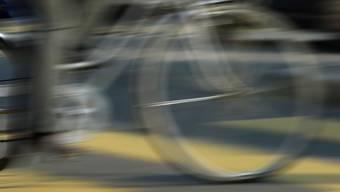 Ein unbekannter Velofahrer hat am Dienstag auf einem Fussgängerstreifen an der Elsässerstrasse in Basel eine Frau angefahren. (Symbolbild)