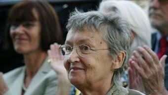"""Die österreichische Kinderbuchautorin Christine Nöstlinger  - hier 2003, als sie den """"Nobelpreis für Kinderliteratur"""", den Astrid-Lindgren-Preis entgegennahm - ist tot. Sie wurde 81 Jahre alt."""