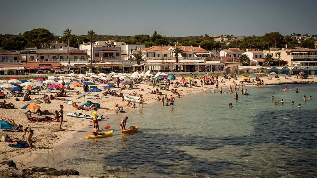 Urlauber kühlen sich am Strand Punta Prima auf Menorca ab. Die Corona-Zahlen sind in großen Teilen Spaniens rapide angestiegen. Deshalb stuft die deutsche Regierung laut Angaben des Robert Koch-Instituts Spanien von Dienstag an als Corona-Hochinzidenzgebiete ein. Gleiches gilt für die Niederlande. Foto: Jordi Boixareu/ZUMA Press Wire/dpa