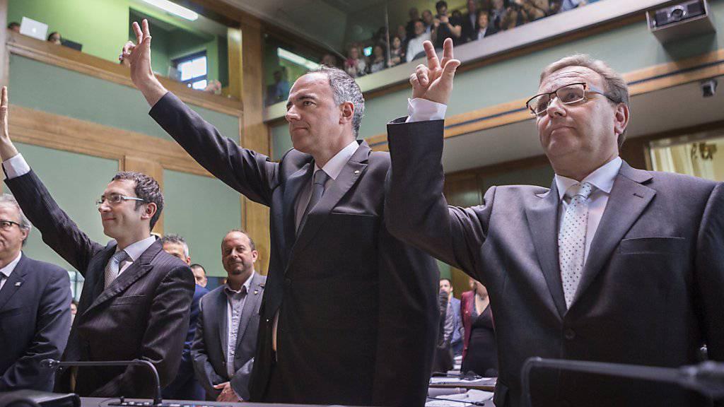 Die drei neuen Walliser Staatsräte (v.l.n.r.) Frédéric Favre (FDP), Christophe Darbellay (CVP) und Roberto Schmidt (CVP ) legten am Montag trotz eines Rekurses ihren Eid ab. Sie treten ihr Amt am 1. Mai zusammen mit den Bisherigen Jacques Melly (CVP) und Esther Waeber-Kalbermatten (SP) an.