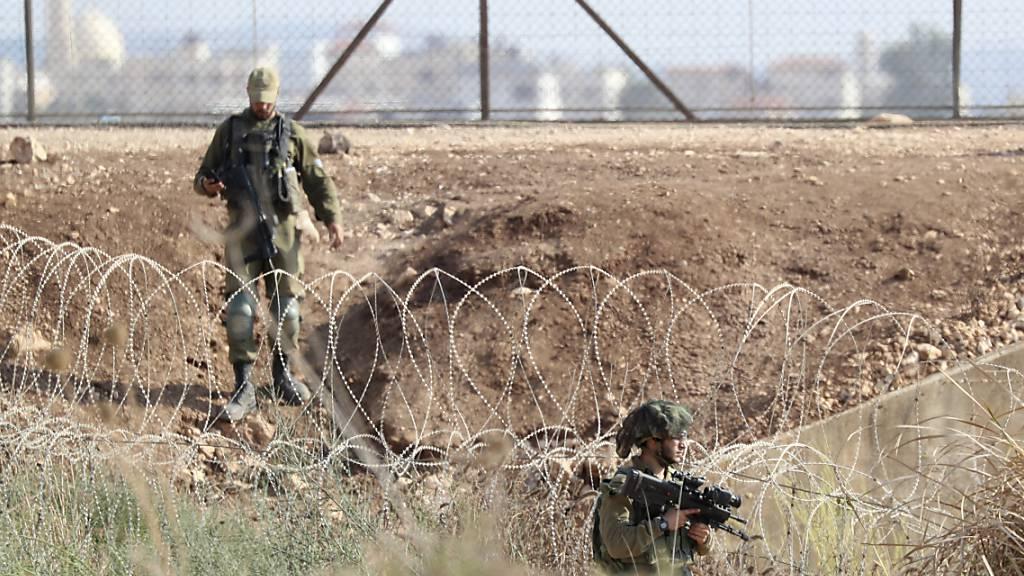ARCHIV - Israelische Soldaten patrouillieren entlang der Grenze zwischen dem nördlichen Westjordanland und Israel. Foto: Ariel Schalit/AP/dpa