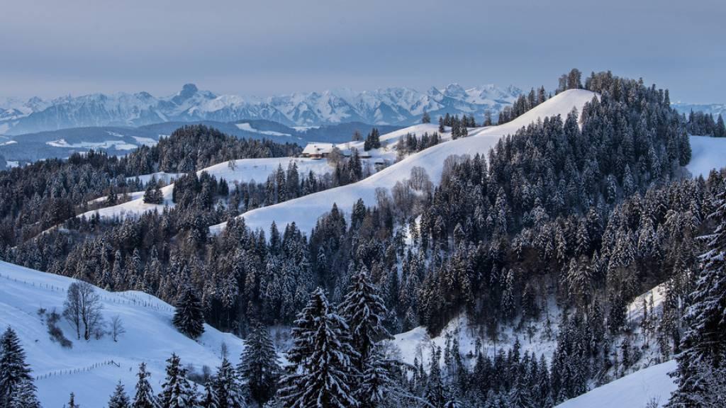Ein Bild mit zunehmendem Seltenheitswert: Morgenstimmung mit Blick ins verschneite Emmental und die Berner Alpen von der Lüderen hinunter. Die Schneesaison unter 2000 Meter über Meer ist in den letzten 50 Jahren 22 bis 34 Tage kürzer geworden, wie eine Alpenstudie ergeben hat (Archivbild).