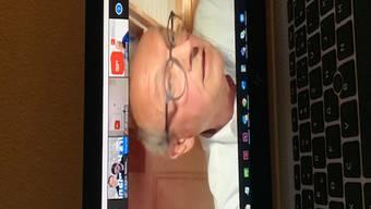 Hans-Jürg Fehr, ehemaliger SP-Schweiz-Präsident, ehrt Urs Hofmann am SP-online-Parteitag