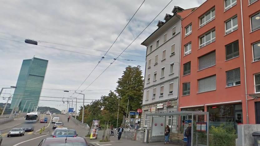 Der 40-jährige Familienvater wartete mit seinen Kindern an der Hardstrasse auf den Bus.