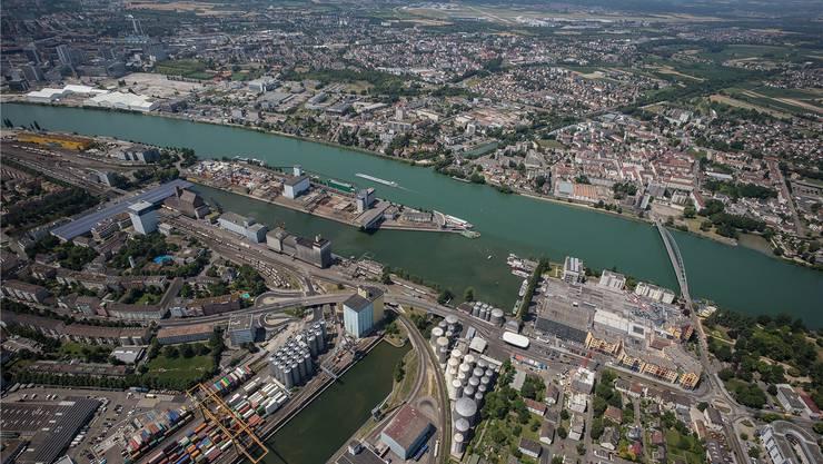 Das Westquai mit dem Dreiländereck sowie die Klybeckinsel sollen im kommenden Jahrzehnt für eine städtebauliche Entwicklung frei werden. Dafür muss die Hafenwirtschaft ein drittes Hafenbecken mit direktem Anschluss an den Güterbahnhof Gateway Nord erhalten.