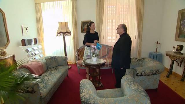Die Musiksammlung, das Büro und der Ort fürs Morgengebet: Bischof Huonder führt durch sein Zuhause.