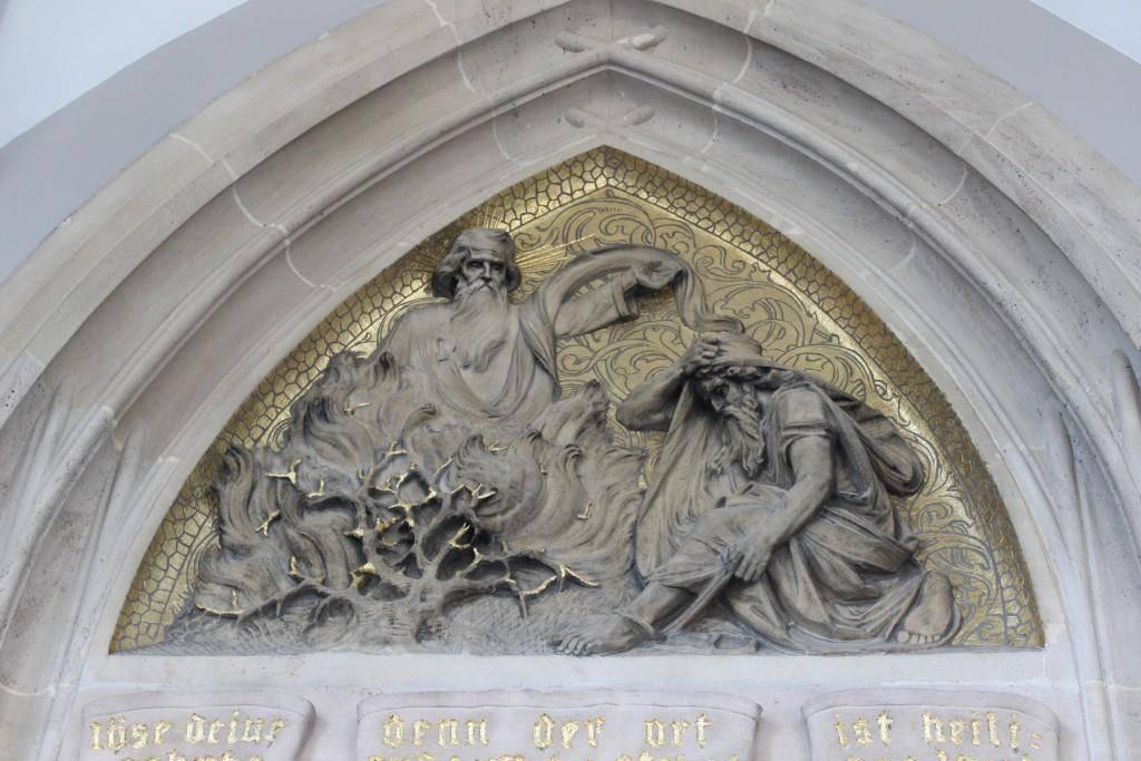 Kommt sowohl in der Bibel wie auch im Koran vor: Moses und der brennende Dornbusch (Relief an der Kirche St.Otmar) (© FM1Today)
