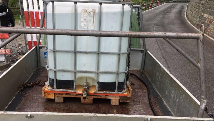 Die ungesicherte Ladung von einer Tonne Gewicht auf dem Lieferwagen.