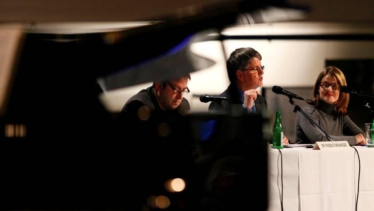 Theaterdirektor Georges Delnon, VR-Vizepräsident Georges Grüninger und Verwaltungsdirektorin Danièle Gross an der Generalversammlung.Andreas Frossard