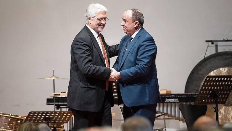 Regierungsrat Markus Dieth (r.) gratuliert Daniel Surber, Präsident der Kammerkonzerte.