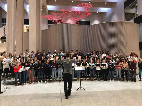 Der über 100-köpfige norwegisch-schweizerische Chor bei der Probe in der wunderschönen Eingangshalle der Nord-Østerdal Videregående Skole.