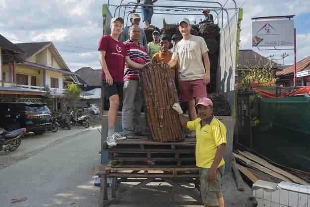 Aurel und Mirko Hess (v.r.) besuchen eine Zimtplantage in Lempur, Sumatra, Indonesien.