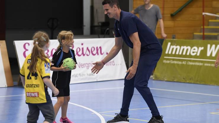 Schwierig da durchzukommen: Andy Schmid spielt am Kids Day vor dem Testspiel mit den Jüngsten.