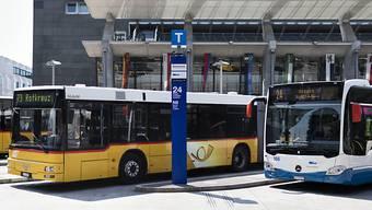 Mit der ersten Lockerungsetappe soll auch das Angebot im öffentlichen Verkehr wieder hochgefahren werden. Die SBB bietet ab 27. April erste gestrichene Strecken wieder an, der normale Fahrplan von Postauto soll ab 11. Mai wieder gelten. (Archivbild)