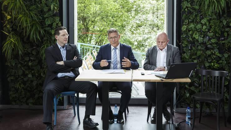 Gemeindepräsident Michael Ochsenbein, Regierungsrat Roland Fürst und Kantonsbaumeister Bernhard Mäusli informieren über die Eröffnung des Uferparks