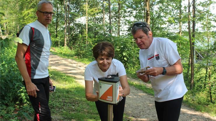Christoph Wildhaber, Präsident Aargauer OL-Verband (l.), zeigt Stadtpräsidentin Jolanda Urech und Stadtoberförster Christoph Fischer, wie der «Swiss-O-Finder» funktioniert. Nadja Rohner