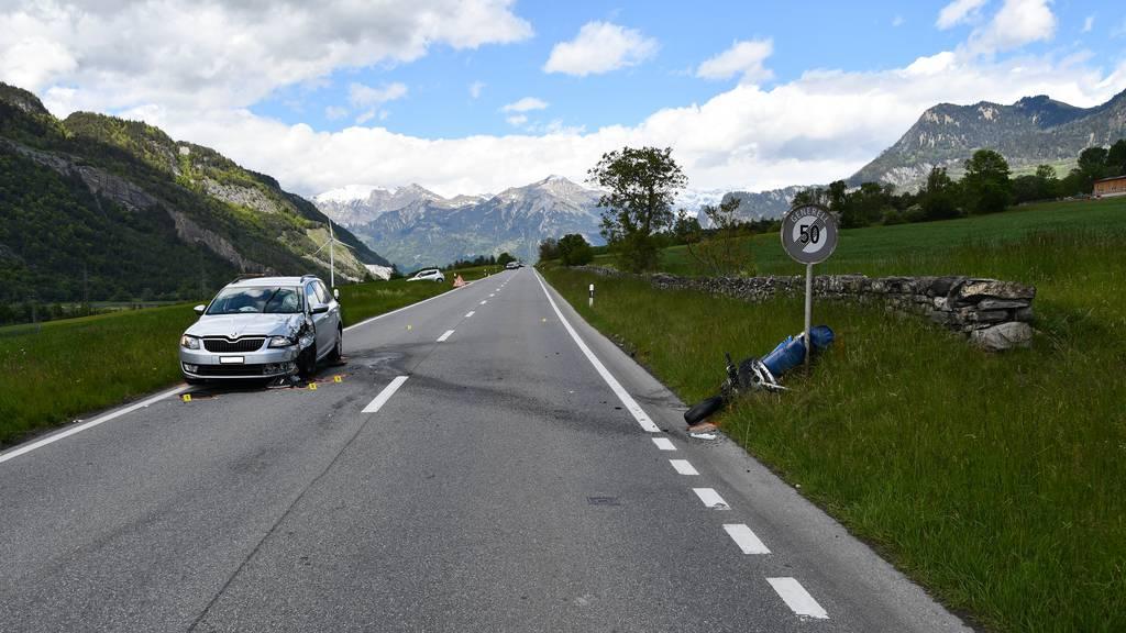 Der Motorradfahrer zog sich schwere Verletzungen zu und wurde mit dem  Rettungswagen ins Kantonsspital Graubünden überführt.