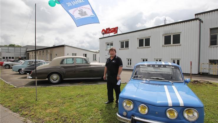 Heinz Bleuer neben einem seiner Lieblingsautos, einem Renault 8 Gordiniaus den Sechzigerjahren.