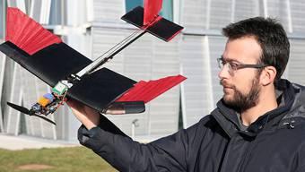 Die Forscher erklären die Vorteile ihrer Drohne – und zeigen, wie sie fliegt.