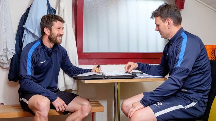 Neo-Assistent Sven Lüscher (l.) und U21-Cheftrainer Mirko Pavlicevic besprechen sich in der Garderobe.