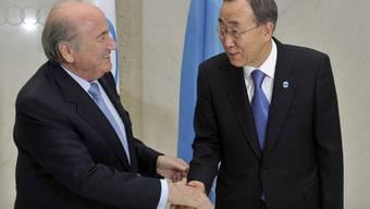 FIFA-Präsident Sepp Blatter und UNO-Generalsekretär Ban Ki-Moon. Die UNO und die FIFA arbeiten bei Initiativen zur Gesundheitsförderung, Geschlechtergerechtigkeit und zum Schutz von Kindern zusammen.