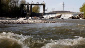 Oberhalb des Wehrs in Biberist wird ein Teil des Flusswassers in den Emmekanal geleitet, weshalb unterhalb des Wehrs (siehe Bild) die Emme weniger Wasser führt als gesetzlich erlaubt.