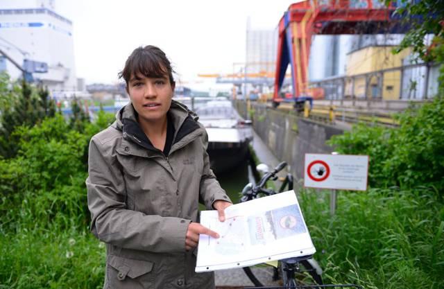 Masterstudentin Anouk N'Guyen zeigt die fünf Standorte, wo invasive Grundeln gefangen werden.