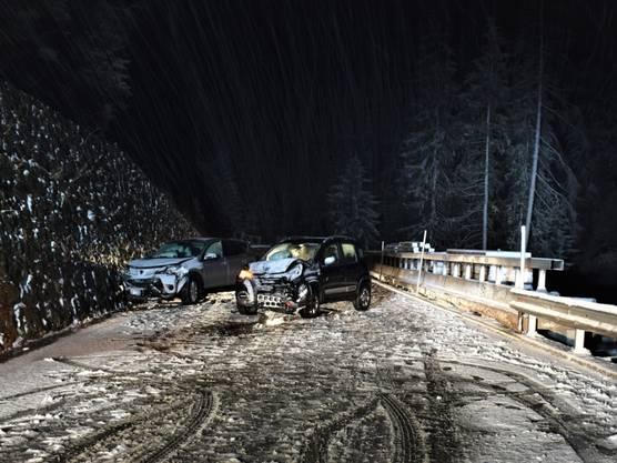 Wegen Schnees auf der Strasse hat ein 36-jähriger Mann unterhalb von Rona GR die Kontrolle über sein Auto verloren. Er geriet auf die Gegenfahrbahn und kollidierte dort mit einem Kleinwagen. Dessen Fahrer wurde bei dem Unfall leicht verletzt.