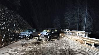 Wegen Schnees auf der Strasse rutschte ein 36-jähriger Autofahrer auf die andere Strassenseite und kollidierte mit einem entgegenkommenden Kleinwagen.