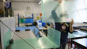 Bei der Neoplex AG in Zürich werden Pandemieschutz-Stellwände produziert.