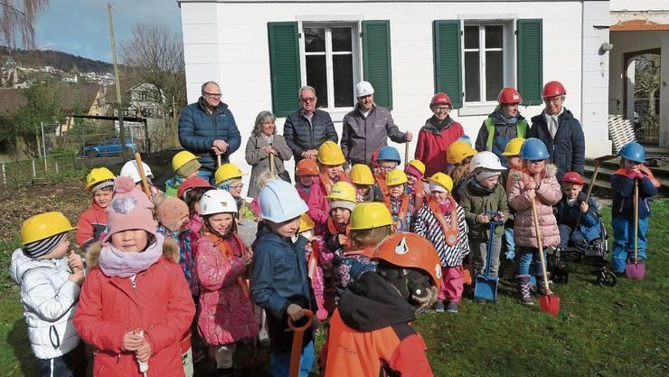 Sie freuen sich auf den neuen Kindergarten in Böju: Schulleiter Rolf Liechti, Gemeinderätin Jacqueline Widmer, Gemeindeammann Peter Lenzin und Bauleiter Konstantin Weiss sowie die Kindergärtler mit den Lehrpersonen (von links nach rechts).
