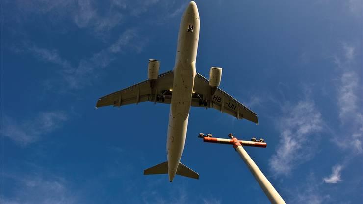 Der Grosse Rat Basel fordert, dass auf Bundesebene auch Flugtickets besteuert werden. (Symbolbild)