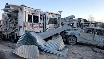 Zerstörte Krankenwagen nach einem Anschlag in Südafghanistan. Bei der Explosion der Autobombe wurde auch das örtliche Spital zerstört.