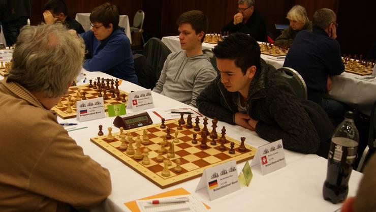 Oliver Kurmann (im schwarzen Pullover) hat sich für Schach und gegen Fussball entschieden.