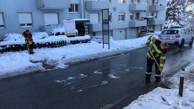 Die Feuerwehr half beim Schneeschaufeln.