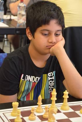 Suvirr Malli wurde an der GV des Schachklubs Olten für seine beiden Silbermedaillen an den Schweizer U10-Meisterschaften 2019 geehrt. Foto: MA.