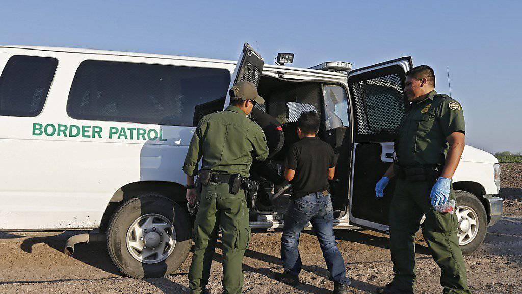 Grenzwächter an der Grenze zwischen den USA und Mexiko nehmen mutmasslich illegale Einwanderer fest. Nach Angaben des Ministers für Innere Sicherheit, John Kelly, zieht die US-Regierung alles in Betracht, was Migranten aus Lateinamerika an der Reise in die USA hindern könnte. (Archivbild)