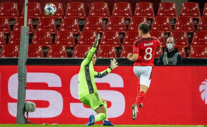 Und wieder ist Manuel Neuer geschlagen: Diesmal wird er von Remo Freuler (8) überwunden.