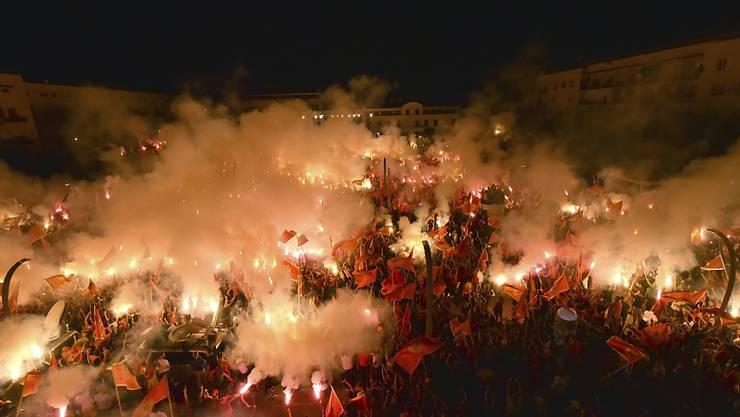 Eine Woche nach dem Wahlsieg der überwiegend pro-serbischen Opposition in Montenegro haben Zehntausende für den unabhängigen Staat protestiert. Demonstranten in der Hauptstadt Podgorica zündeten Fackeln an und schwenkten Nationalfahnen während einer Kundgebung. Foto: Risto Bozovic/AP/dpa