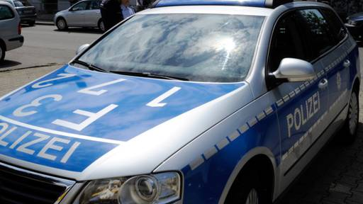 Betrunkene Autofahrerin muss sich bei Kontrolle an Polizist abstützen