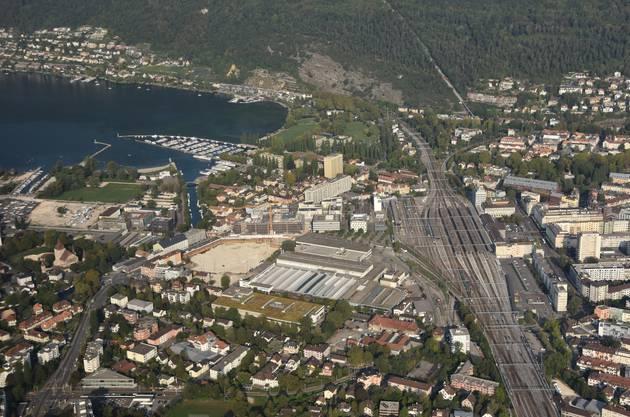 Blick über Biel und die Seebucht – mittendrin die Grossbaustelle des Campus der Berner Fachhochschule und der Bahnhof.