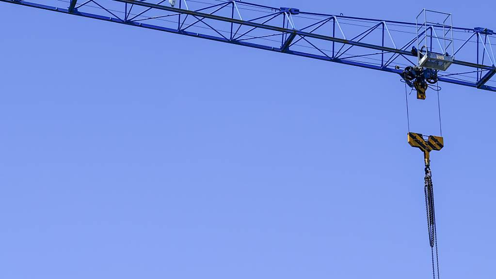 Bei einem Unfall mit einem Kran auf einer Baustelle in Villars-le-Grand VD ist ein 50-jähriger Arbeiter getötet worden. Sein Arbeitgeber und ein Vorarbeiter sind nun wegen fahrlässiger Tötung zu bedingen Gefängnisstrafen verurteilt worden. (Symbolbild)