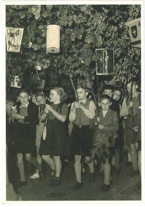 """Eine Karte aus dem Postkartenbuch """"Aarau in alten Ansichten"""". Titel: Traditionsfest """"Bachfischet""""-Umzug Aarau September 1949."""