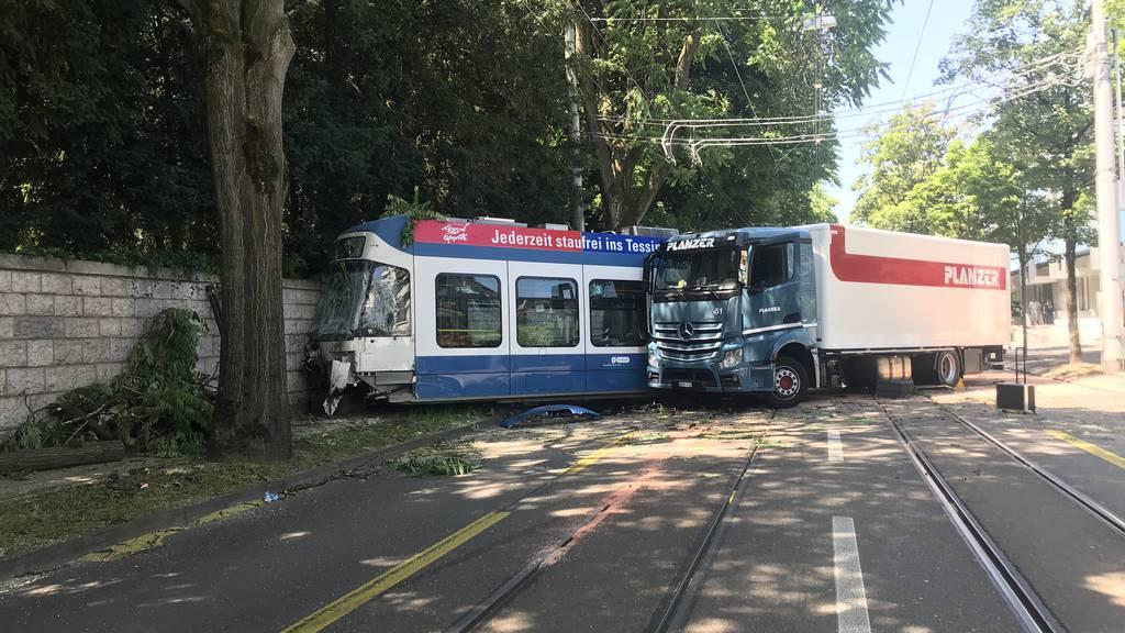 Lastwagen schiebt Tram aus den Schienen - mehrere Verletzte